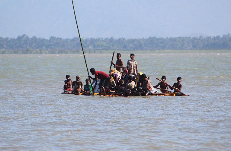 Беженцы-мусульмане на самодельном плоту плывут из Мьянмы в Бангладеш