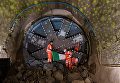 Рабочие держат национальный флаг Ирландии в будущем тоннеле метро в районе Кеннингтон и Баттерси в Лондоне