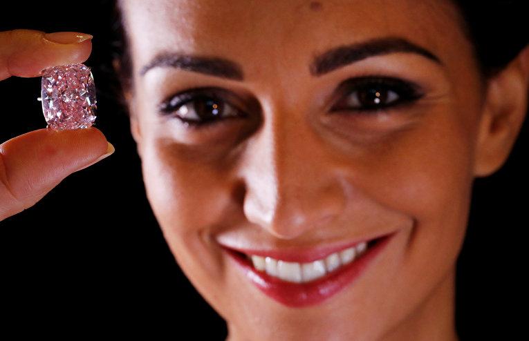 Модель демонстрирует розовый бриллиант весом в 37,3 карат. Наибольший розовый бриллиант The Raj Pink планируют продать на аукционе в Женеве минимум за 30 миллионов долларов