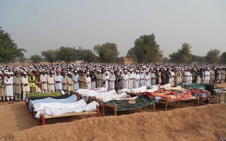 Пакистанские родственники и местные жители во время похорон жертв ночной автобусной аварии в районе Кохат в провинции Хайбер-Пахтунхва