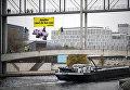 Активисты Гринпис вывесили на мосту в Берлине огромный макет свиньи, протестуя против создания широкой коалиции партий, победивших на выборах