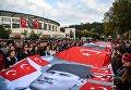 В Стамбуле люди держат флаги Турции портрет Мустафы Кемаль Ататюрка в годовщину его смерти