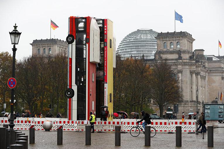 Инсталляция Монумент установленная германо-сирийским художником Манафом Хальбуни в Берлине. Инсталляция из перевернутых автобусов символизирует баррикады в сирийском Алеппо