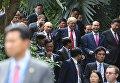 Президент РФ Владимир Путин и Дональд Трамп перед совместным фотографированием лидеров экономик форума Азиатско-Тихоокеанского экономического сотрудничества (АТЭС).