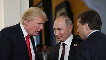 Президент РФ Владимир Путин и президент США Дональд Трамп (слева)