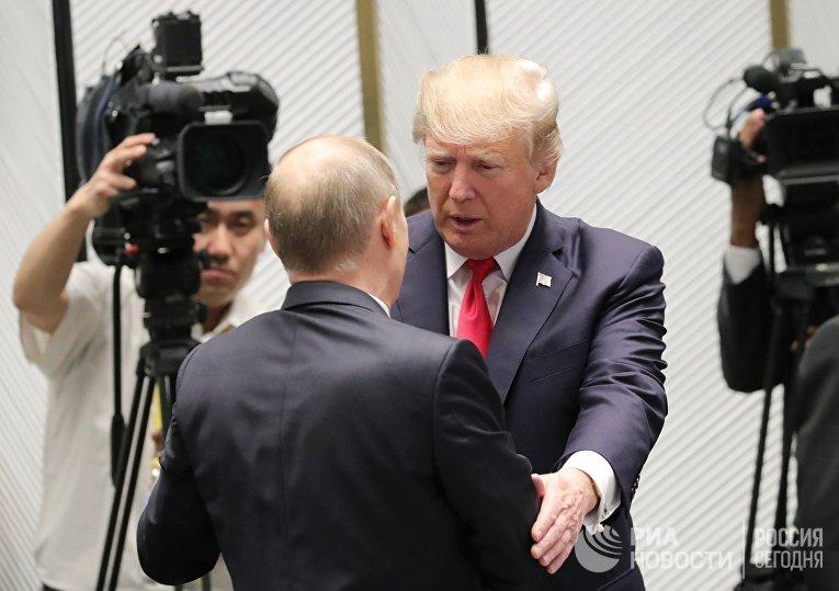 Президент РФ Владимир Путин и президент США Дональд Трамп (справа) на саммите АТЭС