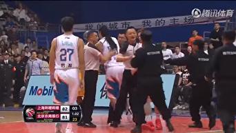 Американские баскетболисты сцепились на матче в Китае. Видео