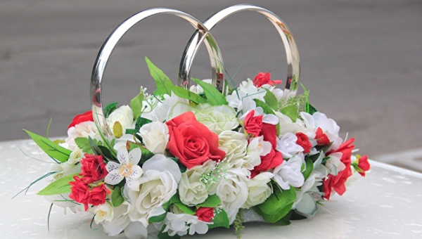 Кольца на свадебной машине. Архивное фото
