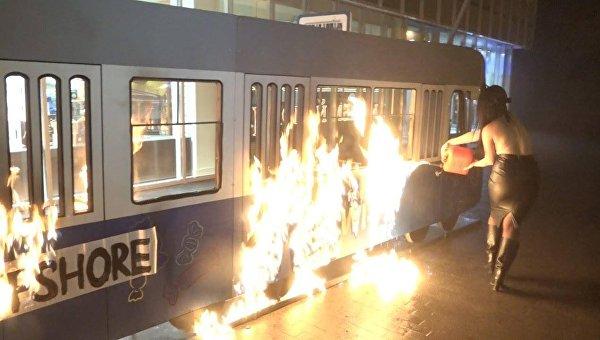 Горящий трамвай Roshen в Виннице, который подожгли Femen