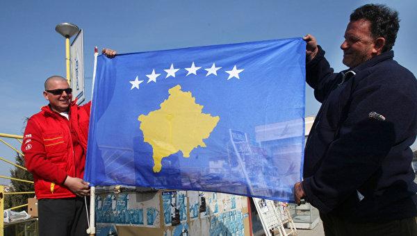 Жители Приштины с новым флагом самопровозглашенной респупблики Косово.