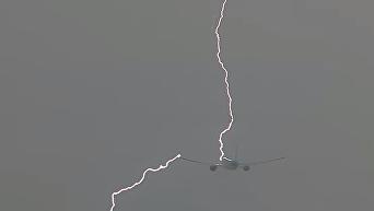 Момент удара молнии в самолет попало на видео. Видео
