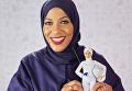Кукла Барби в хиджабе со своим прототипом - американской фехтовальщицей и саблисткой Ибтихадж Мухаммад