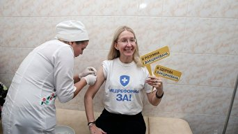 И.О. министра здравоохранения Украины Ульяна Супрун вакцинируется против гриппа.