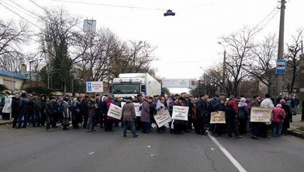 В Николаеве митингующие перекрыли дорогу и мост
