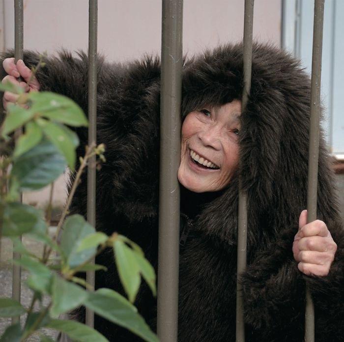 72-летняя Кимико Нишимото мгновенно влюбилась в фотографию и стала делать причудливые и смешные автопортреты
