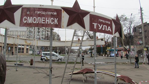 В Мариуполе со скандалом демонтировали советский памятник