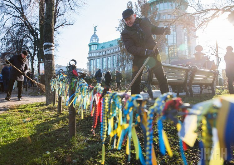 Уборка на Аллее Героев Небесной сотни в Киеве