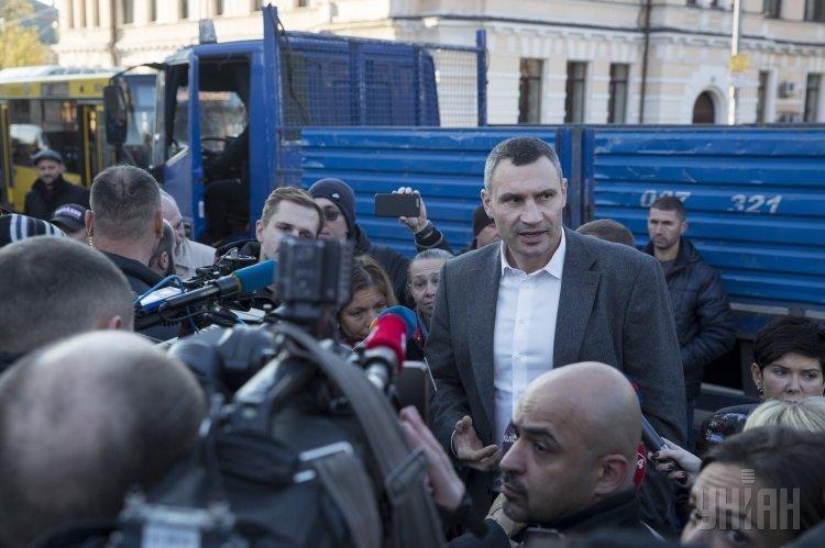 Виталий Кличко общается с протестующими против застройки на месте Сенного рынка в Киеве