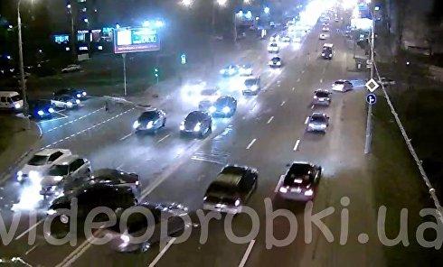Появилось видео ДТП с четырьмя авто на Воздухофлотском мосту в Киеве