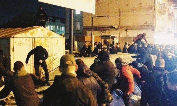 Националисты снесли забор вокруг Сенного рынка в Киеве