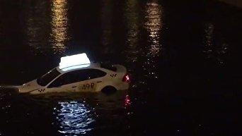 В Петербурге авто с водителем и пассажиром 20 минут плавало по каналу