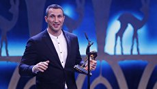 Бывший чемпион мира по боксу Владимир Кличко получает трофей Bambi от Йоахима Лоу во время церемонии награждения Bambi 2017 в Берлине, Германия