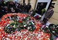Люди зажигают свечи у мемориала Бархатной революции в 28-ю годовщину революции 1989 года в Праге