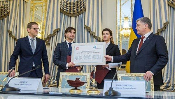 Президент Петр Порошенко вместе с женой Мариной передали сертификат на 3 млн грн для Музея Революции Достоинства