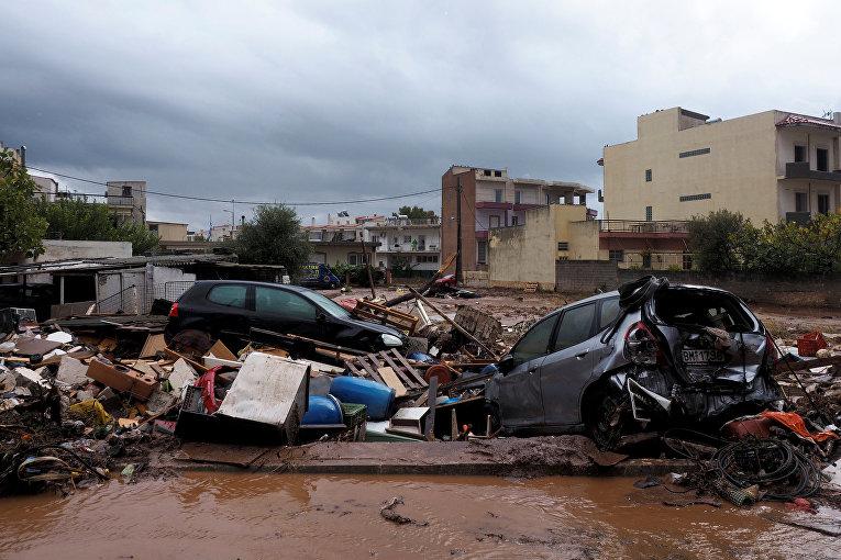 Последствия наводнения к западу от Афин, в результате чего погибло по меньшей мере 16 человек, Греция