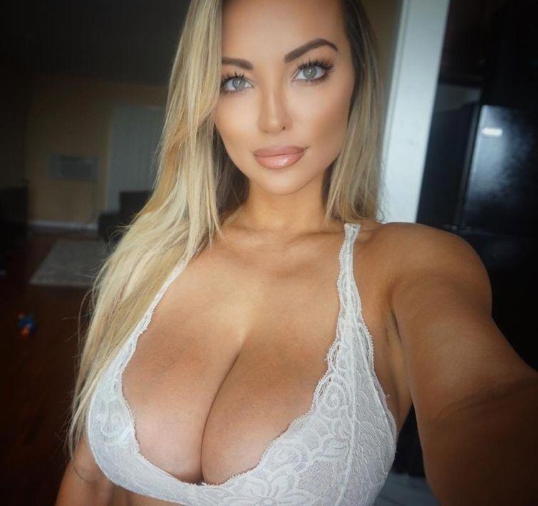 Модель с большой грудью