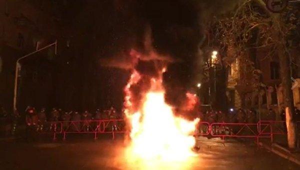 Протестующие под зданием АП подожгли шины