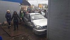 В Киеве автомобиль протаранил магазин