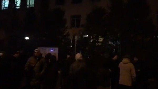 ВКиеве сотрудники Нацкорпуса громили ларьки сигровыми автоматами