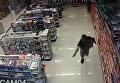 В Бразилии полицейский застрелил грабителей, держа на руках маленького сына. Видео
