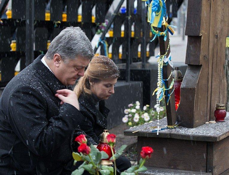 Президент вместе с супругой почтили память Героев Небесной Сотни