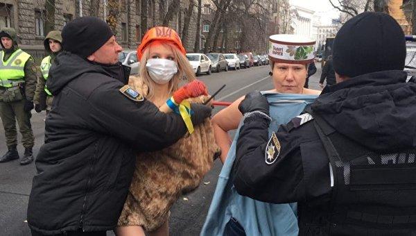 Активистки Femen разделись возле Администрации президента