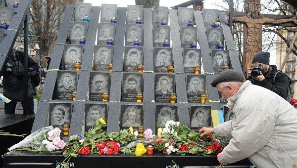 Киевляне несут цветы на аллею Героев Небесной сотни. Архивное фото