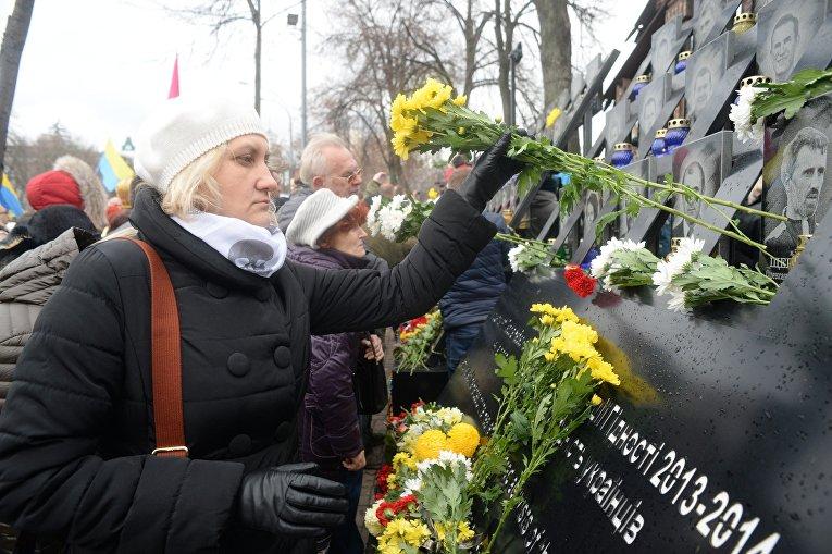 Киевляне несут цветы на аллею Героев Небесной сотни