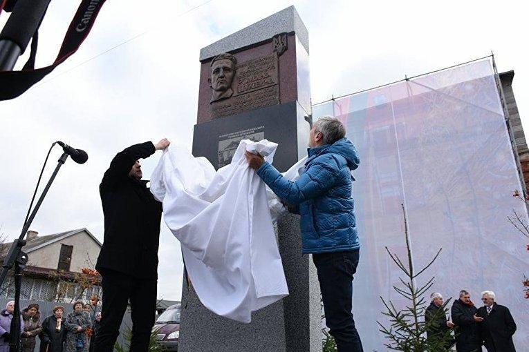 Памятник Роману Шухевичу во Львове