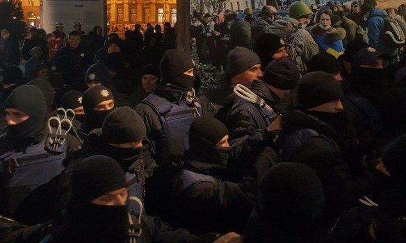 В центре Киева произошли столкновения полиции и митингующих