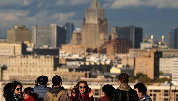 Туристы на смотровой площадке МГУ им. М.В. Ломоносова в Москве. Архивное фото