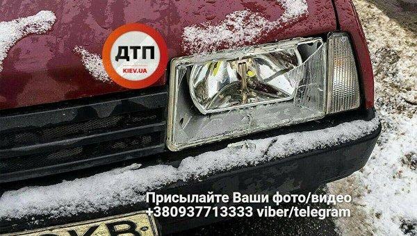Под Киевом автомобиль сбил 2 детей: парень вреанимации
