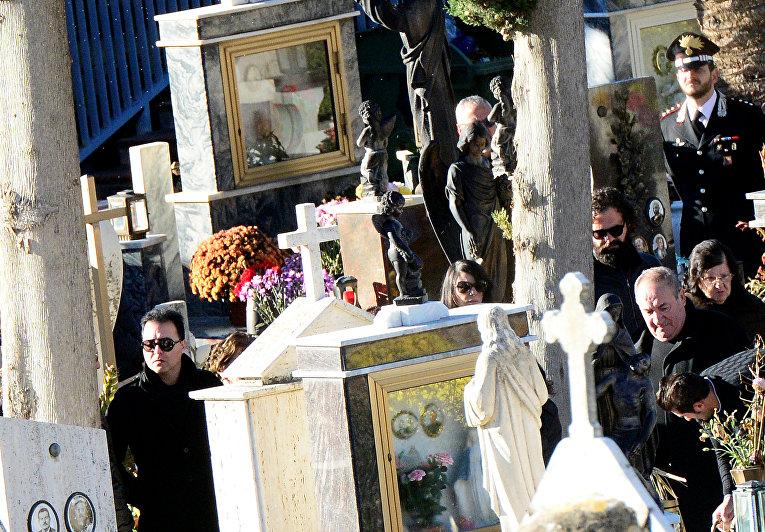 Сын Тото Рийны Сальво  присутствует на похоронах в Корлеоне, Италия