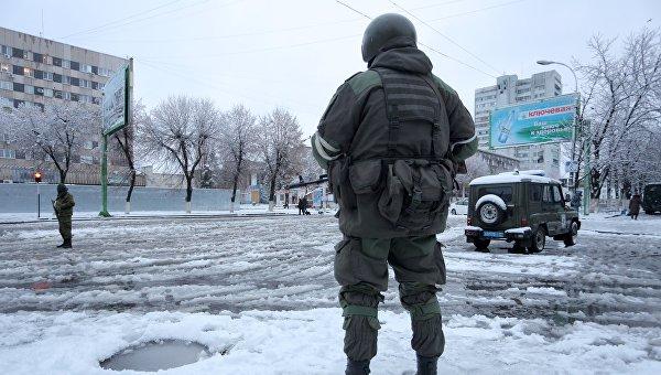Вооруженные люди на улицах Луганска. Архивное фото