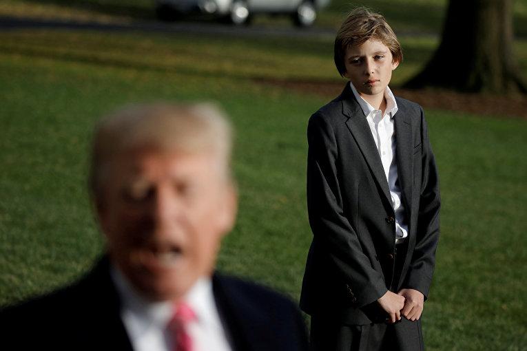 Президент США Дональд Трамп беседует с журналистами, пока его сын Бэррон ждет его у Белого дома в Палм-Бич, в Вашингтон