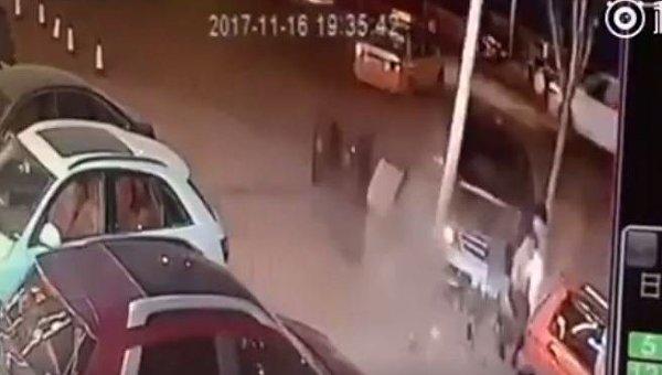 Китаец два раза избежал смерти за10 секунд