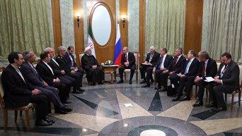 Президент РФ Владимир Путин и президент Ирана Хасан Рухани во время встречи