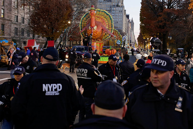 Полицейские Нью-Йорка стоят на страже перед парадом ко Дню благодарения