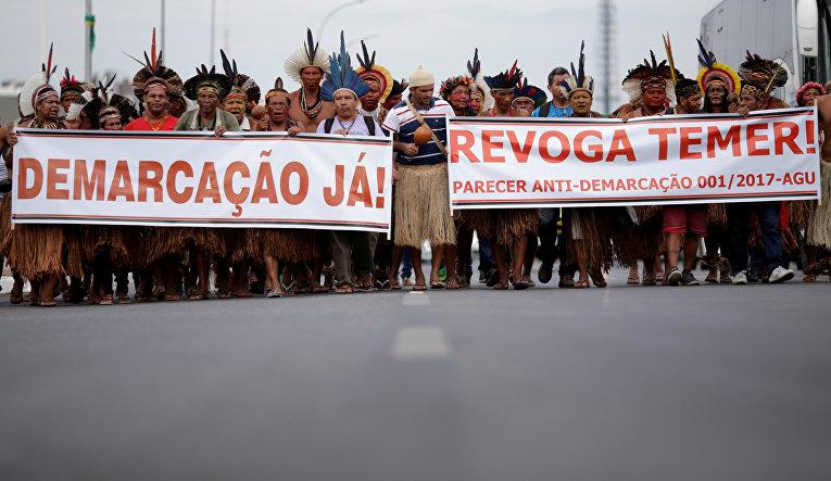 Индейцы разных национальностей во время протеста в Бразилии