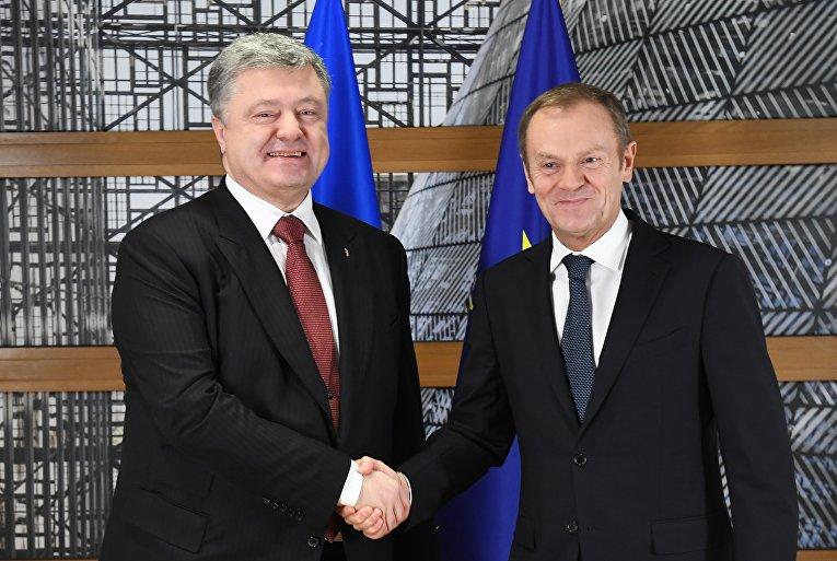 Президент Украины Петр Порошенко с Дональдом Туском в Брюсселе 23 ноября.